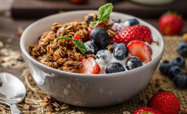 Syömällä maustamatonta jogurttia mustikoiden ja pähkinöiden kanssa saat jo kolme listan hyvää asiaa yhdellä kertaa.