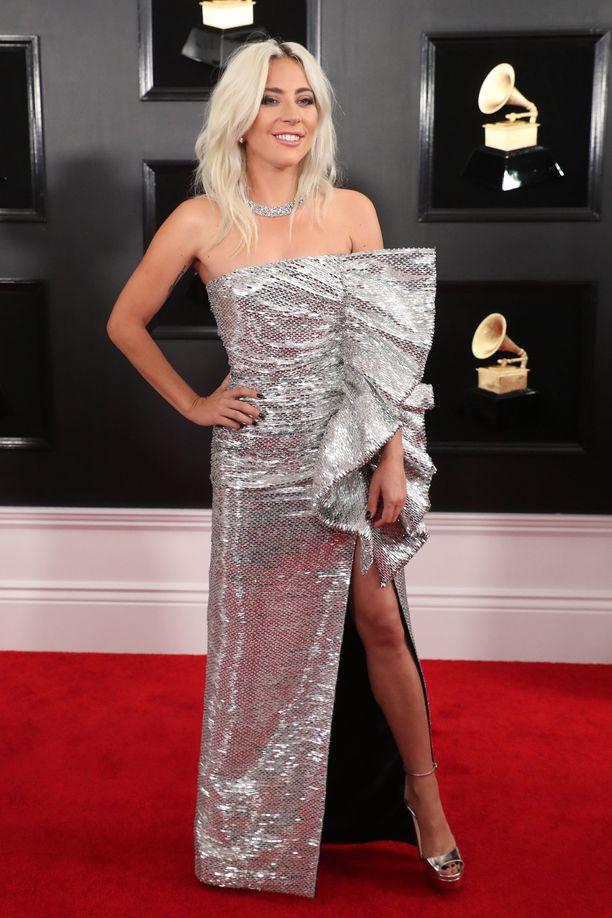Lady Gagan villi tyyli on vaihtunut tyylikkäisiin kokonaisuuksiin, ja tämä kustomoitu Celinen luomus lukeutuikin illan kauneimpiin.