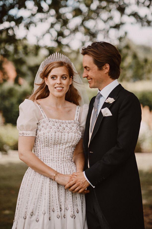 Prinsessa Beatrice vihittiin Edoardo Mapelli Mozzin kanssa perjantaina.