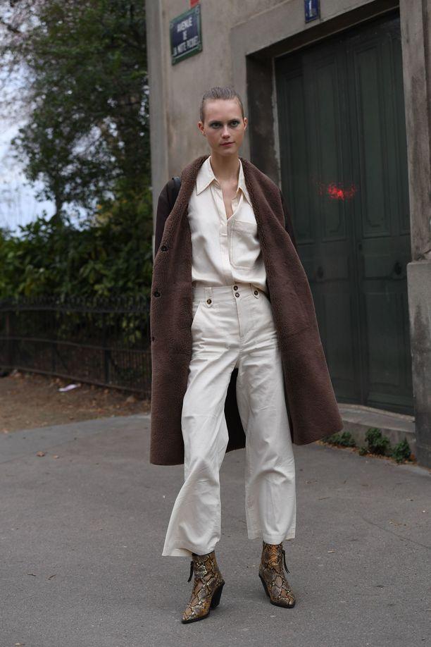 Valkoiset, leveät farkut ovat myös mallien suosikki.