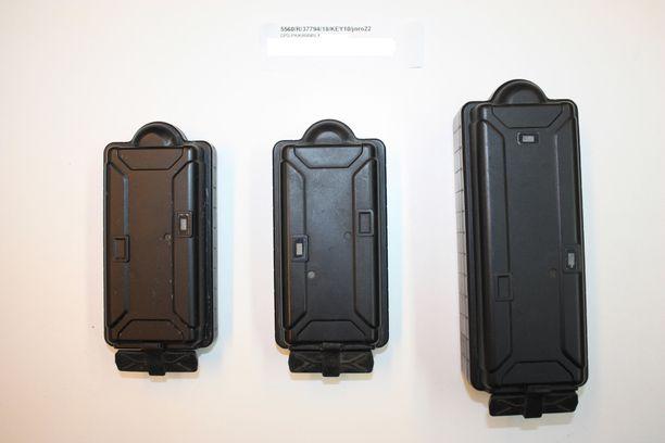 Poliisin arkistossa on kuvia kolmesta seurantalaitteesta, joiden avulla epäilty oli seurannut ainakin kahta henkilöä.