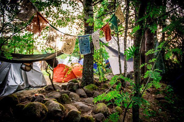 Luonnon helmaan jyrätyllä leirintäalueella oli poikkeuksellisen siistiä ja rauhallista.