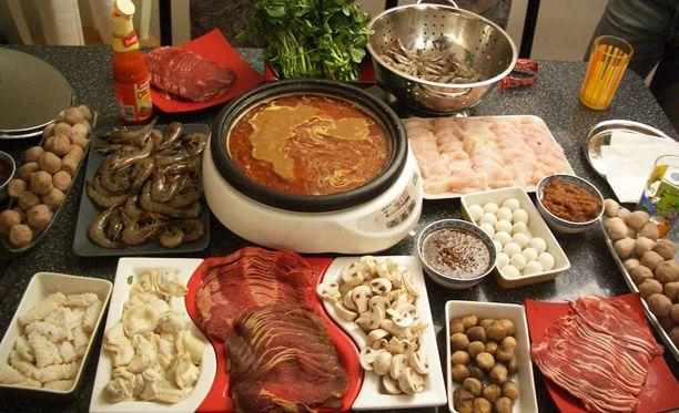 Asiakkaat valitsevat hot pot -ravintolassa itse raaka-aineet ja kypsentävät ne kuumassa, mausteisessa lihaliemessä.
