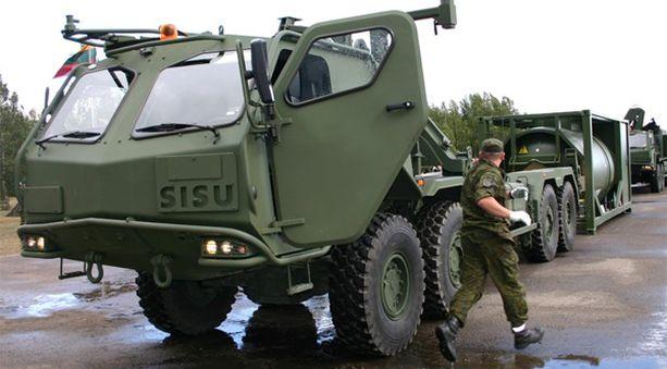Tällaisilla mennään meidän metsissämme jatkossakin. Kuva Liettuan armeijalle myytyjen vastaavien avoneuvojen luovutustilaisuudesta vuodelta 2007.