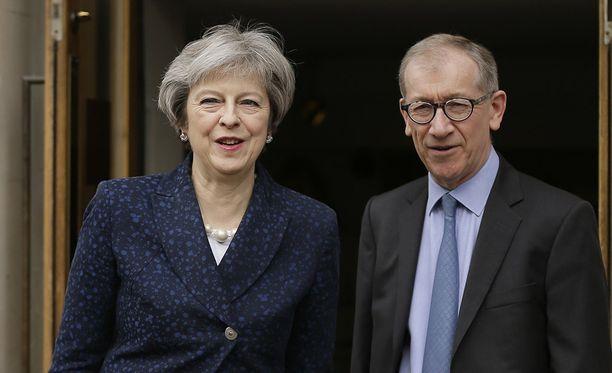 Pääministeri Theresa May kävi äänestämässä puolisonsa Philip Mayn kanssa Lontoon keskustassa.