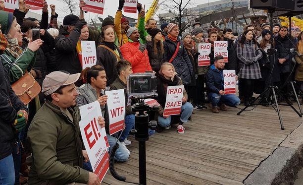 Turvapaikanhakijoiden palautuksia vastustettiin mielenosoituksessa Helsingissä huhtikuussa.