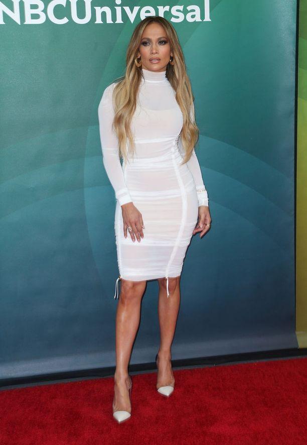 Jennifer Lopez päällään August Gettyn suunnittelema mekko.