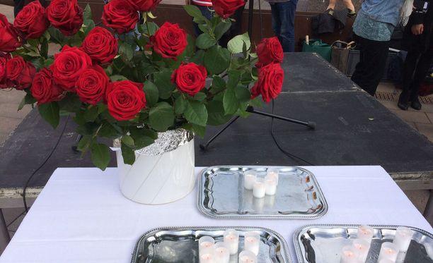 Turun puukotusten uhrien muistoksi järjestetyssä hiljaisessa hetkessä sytytettiin kynttilä tai laitettiin ruusu maljakkoon.