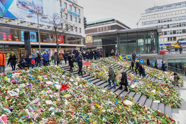 Terrori-iskun uhreja muistettiin kukilla.