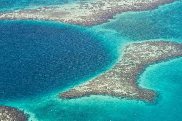 Great Blue Hole on Belizen rannikolla sijaitseva suuri vedenalainen luola. Se on myös suosittu sukelluskohde.