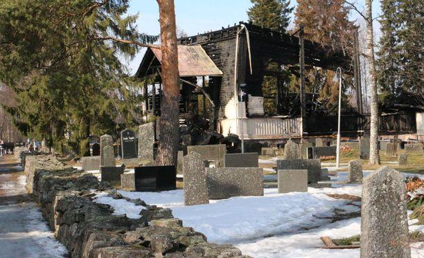 Ylivieskan seurakunta ja jäteyhtiö Vestia järjestivät lauantaina tapahtuman, jossa ylivieskalaiset saivat hakea paloja palaneesta kirkosta.