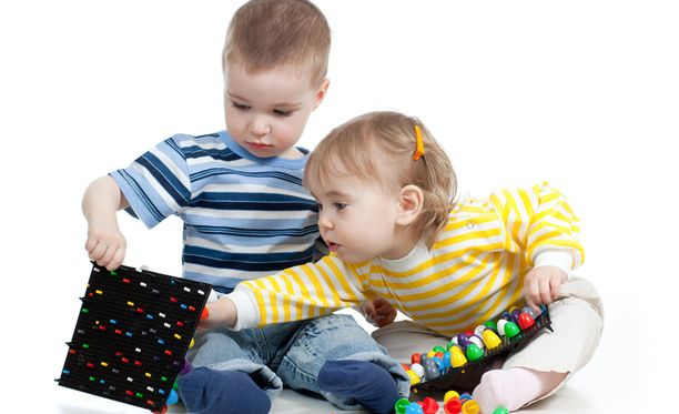 Lasten omat leikkikalut aiheuttavat riitoja ja eripuraa.