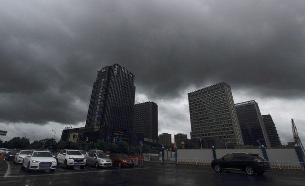 Synkät pilvet peittivät Shaoxingin kaupungin taivaan eilen Zhejiangin provinssissa taifuuni Yagin lähestyessä.