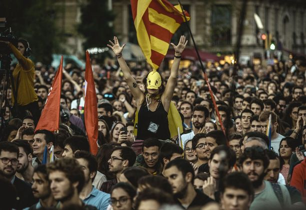 Itsenäisyyttä kannattavia barcelonalaisia.