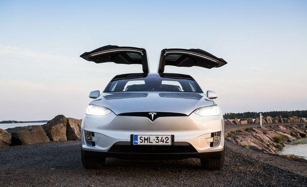 Haukansiipiovissa on ultraäänisensorit, jotka estävät niiden osumisen viereiseen autoon tai parkkihallin kattoon.