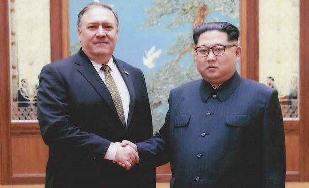 Yhdysvaltojen ulkoministeri Mike Pompeo ja Pohjois-Korean johtaja Kim Jong-un kuvassa, jonka Valkoinen talo on julkaissut ensimmäisen kerran huhtikuussa.