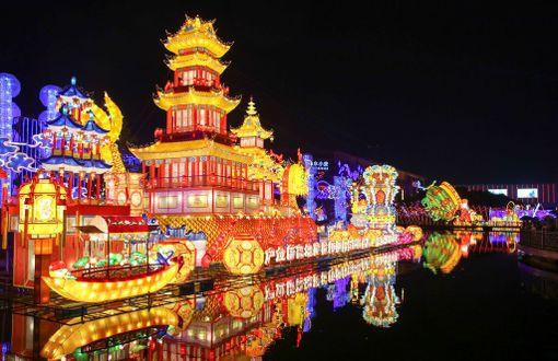 Kiinan Haining on valaistu upeasti suurta lyhtyjuhlaa varten. Sillä kunnioitetaan tulevaa kansallispäivää ja juhlitaan syksyä.