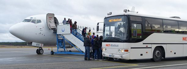 Italiasta saapuneita turvapaikanhakijoita oli lentokentällä vastassa bussi, joka kuljetti heidät Tornion järjestelykeskukseen.