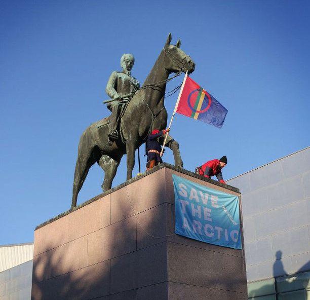 Mannerheimin patsas Helsingin keskustassa sai uutta väriä.