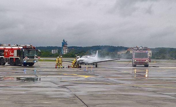 Suomalaista pienkonetta oli pelastusyksikkö vastassa Puolan Gdanskin lentokentällä.