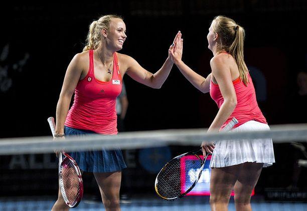 Caroline Wozniacki (vas.) ja Ejdesgaard pelasivat yhdessä viisi nelinpeliturnausta.