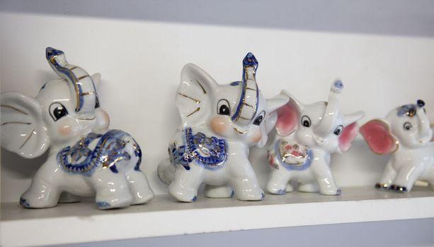 Näyttelystä löytyy norsuja niin posliinisina koriste-esineinä kuin vaatteinakin.
