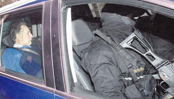 Syytetty Michel Fourniret, (vas.) poistui oikeudesta luotiliiveissä ja raskaasti aseistettujen poliisien saattamana.