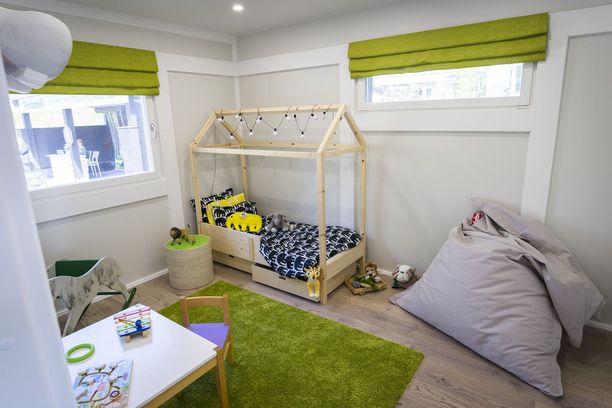 Lastenhuonetta on piristetty vihreillä tekstiileillä. Asuntomessukohde 9.
