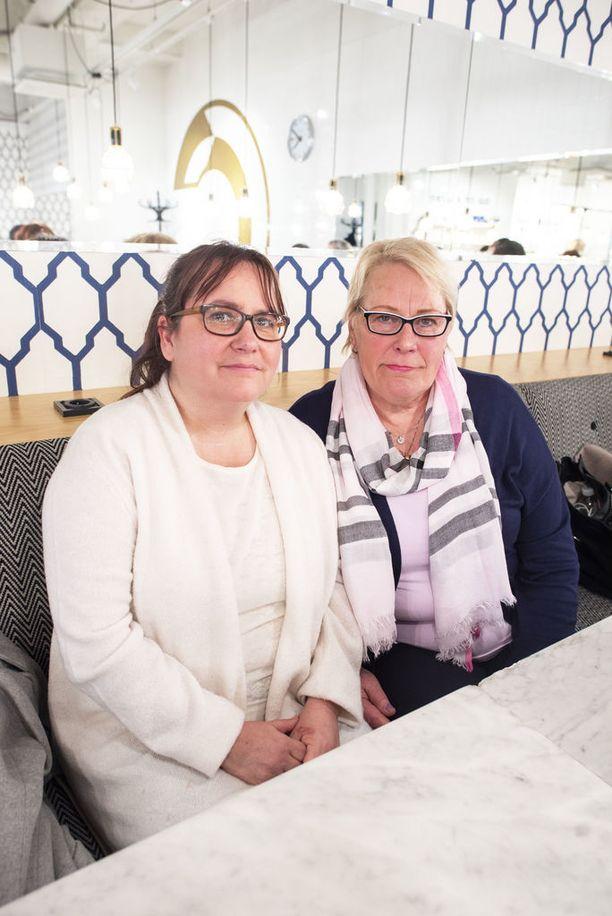 Katri Järvenranta (vas.) ja Anu Herala ovat sitä mieltä, että jos jotain hyvää heidän sairastumisestaan on jäänyt käteen, niin toisiinsa tutustuminen.