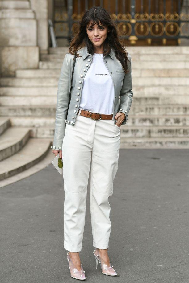Valkoinen t-paita ja valkoiset farkut piristyvät korumaisen kauniista kengistä.
