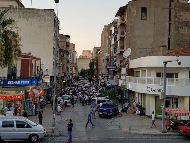 Yksi ihmissalakuljettajien suosimista alueista Izmirissä on Fevzipasa Bulvari.
