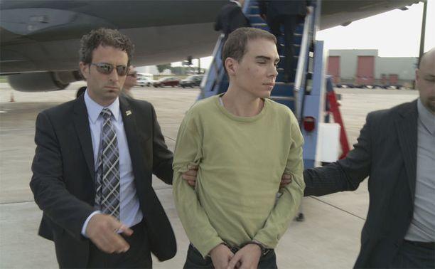 Luka Magnotta luovutettiin pikavauhtia Kanadaan Saksasta, jossa hän jäi kiinni paikallisen nettikahvilan pitäjän tunnistettua hänet.