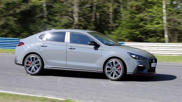 Hyundain uusi i30 Fastback N on perheauto, jonka ominaisuudet mahdollistavat myös rata-ajotyyppisen iloittelun.
