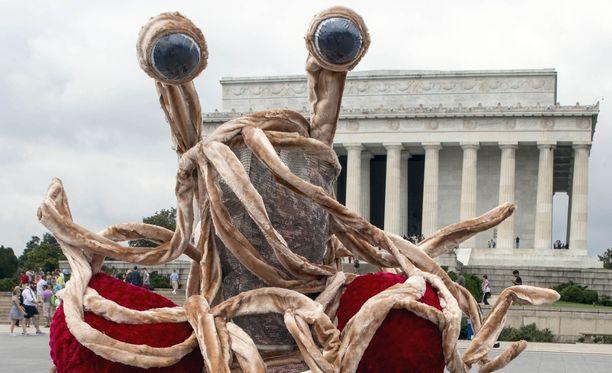 Kansainvälinen Lentävän spagettihirviön kirkko kritisoi uskontoja suvaitsemattomina.