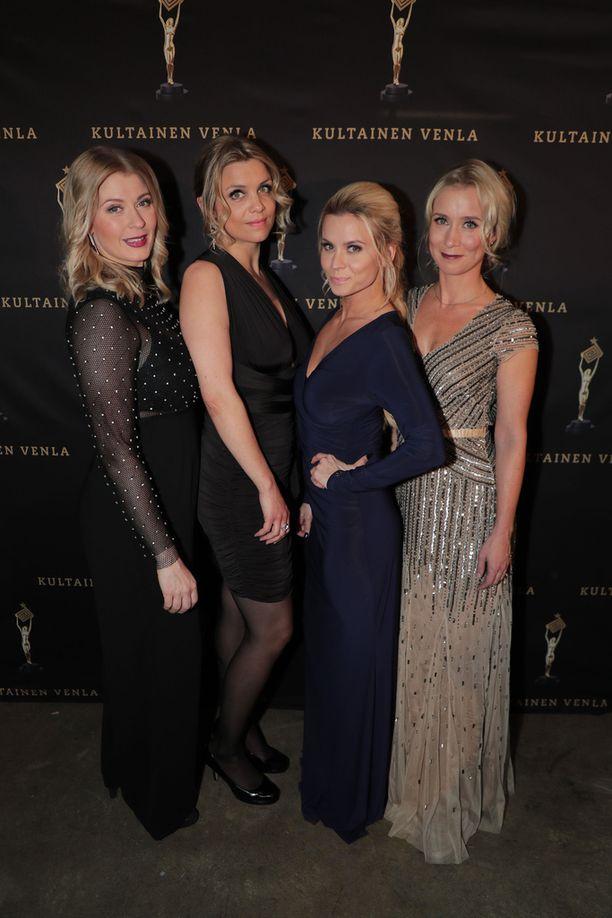 Monika Lindeman, Irina Vartia, Tiia Elg ja Nora Rinne viihtyivät gaalatunnelmissa.