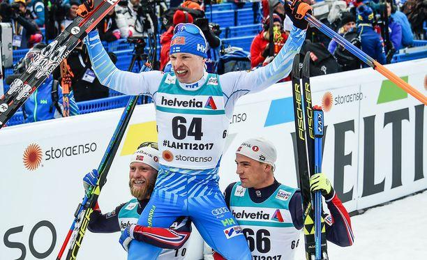 Mitalikolmikko poseeraa. Sundby (vas.) ja Niklas Dyrhaug nostivat Niskasen kultatuoliin kotiyleisön palvottavaksi.
