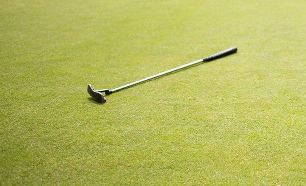 Nainen löi poikaystäväänsä golfmailalla selkään. Kuvituskuva.