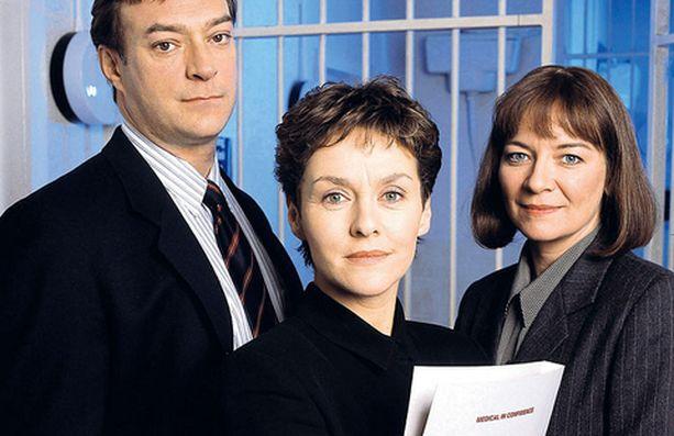 Samantha Ryan (Amanda Burton, keskellä) ei anna komisario Tom Adamsin (John McGlynn) ja rikostarkastaja Harriet Farmerin (Clare Higgins) levätä hetkeäkään.
