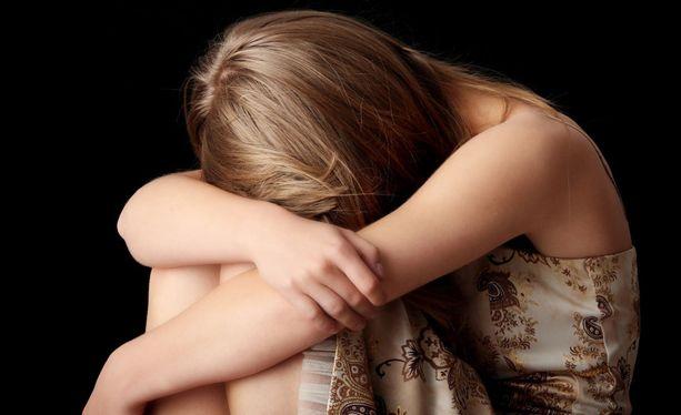 Neitsyytensä myynyt tyttö alkoi oireilla vakavasti tapahtuneen jälkeen. Kuvituskuva.