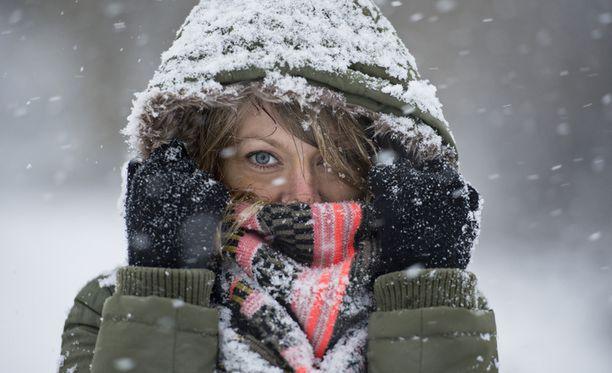 Lumi pöllyää ja haastaa autoilijoita.