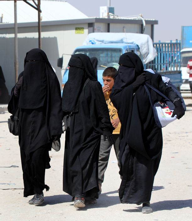 Naisiakin rekrytoitiin Isisiin. Taistelijoiden vaimoja on ollut al-Holin pakolaisleirillä Syyriassa keväästä asti. Leiriä hallinnoivat kurdit ovat tarjonneet mahdollisuutta hakea oman maan kansalaiset leiriltä. Suomi ei tämän hetken tiedon mukaan hae kansalaisiaan kotiin.