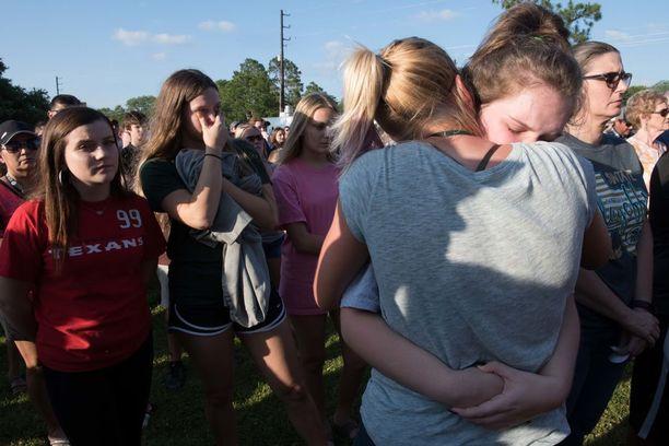 Surevat oppilaat halasivat toisiaan muistotilaisuudessa maanantai-iltana.