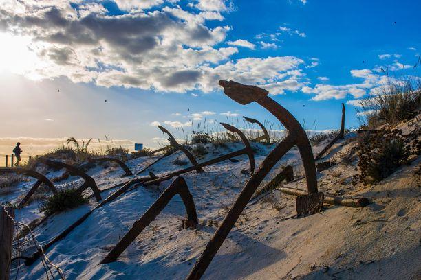 Ruostuvat ankkurit Barrilin rannalla ovat osa monumenttia, jolla kunnioitetaan hukkuneiden kalastajien muistoa.