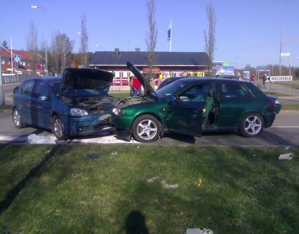 Kaksi henkilöautoa ajoi rajun nokkakolarin Turun liepeillä Länsikeskuksessa.