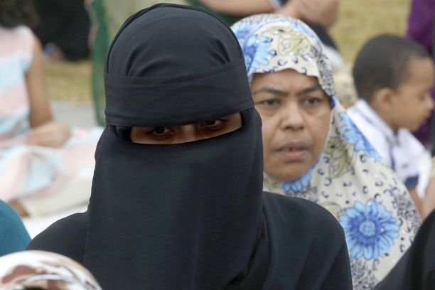 Nainen käytti niqabia Eid al-Fitr-juhlan aikana Sri Lankassa 16 June 2018. Myös Sri Lankassa niqabin käyttö kiellettiin tuhoisien terrori-iskujen jälkeen keväällä. 250 ihmistä sai niissä surmansa.