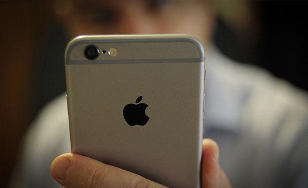 Apple myönsi hiljattain, että se hidastaa vanhoja puhelimiaan.