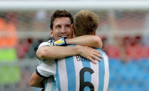 Lionel Messi ja Lucas Biglia halasivat välieräpaikan varmistuttua.