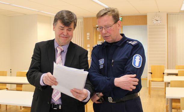Keski-Suomen käräjäoikeuden laamanni Tapani Koppinen ja komisario Arto Rajalal pitivät palaveria vastarintaliikkeen käräjien järjestelyistä perjantaina.