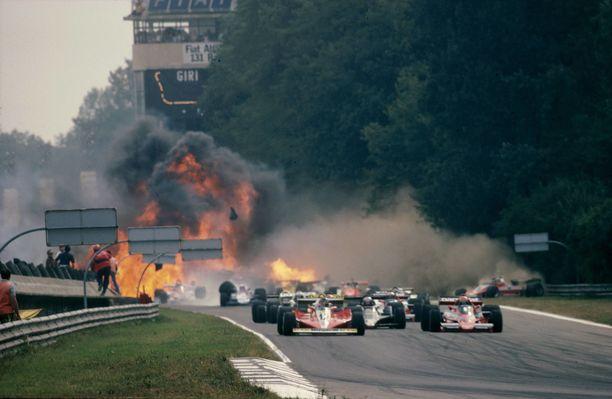 Kuvassa näkyvä hurja tulimeri on peräisin Ronnie Petersonin autosta.