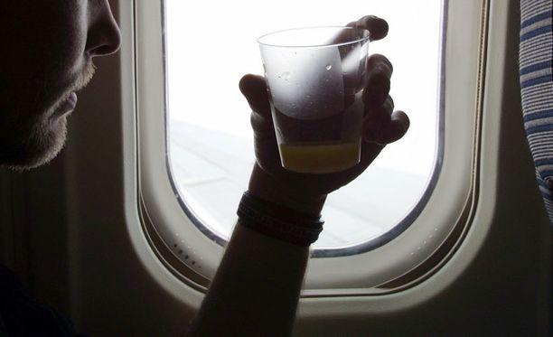Yli puolet brittimatkustajista nauttii lennoilla alkoholia.